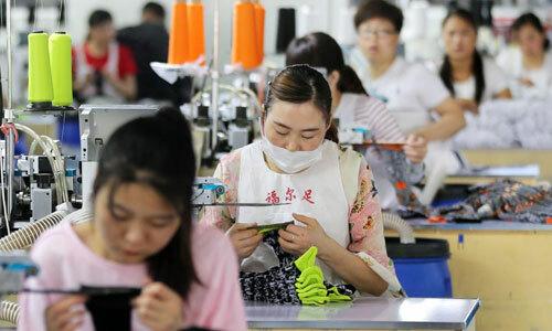 Công nhân tại một nhà máy ở Trung Quốc. Ảnh: Reuters.