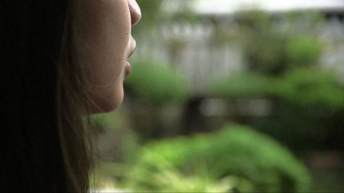 Jhona, một thiếu niên Philippinestừng bị mẹ của một bạn nữ lạm dụng khi còn nhỏ. Người phụ nữ đã lén chụp ảnh khi hai bé gái mặc đồ sau khi tắm.