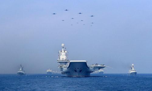 Tàu sân bay Liêu Ninh của Trung Quốc trong một cuộc diễn tập trên Biển Đông năm ngoái. Ảnh: Reuters.
