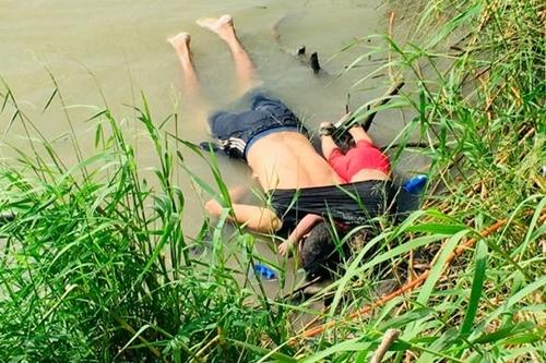 Hai bố con người El Salvador chết đuối trên bờ Rio Grande, biên giới Mexico - Mỹ. Ảnh: AP.