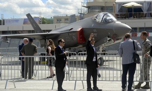 Khách tham quan bên cạnh chiếc F-35A tại triển lãm hàng không Paris 2019. Ảnh: USAF.