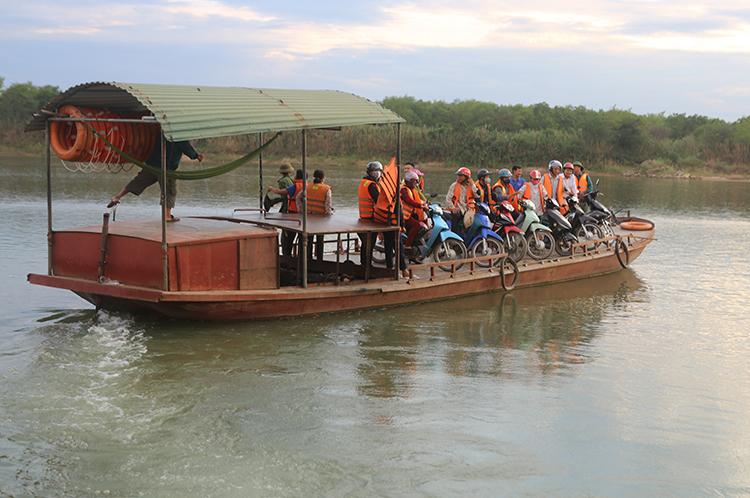 Một chuyến đò Phuống qua sông Lam ngày 26/6. Ảnh: Nguyễn Hải.