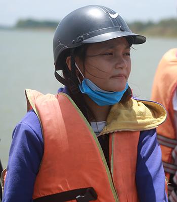 Thí sinh được mặc áo phao trước khi đò rời bến. Ảnh: Nguyễn Hải.