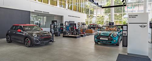 Khu vực showroom, nơi trưng bày sản phẩm của BMW có chức năng trưng bày xe, với những mẫu xe mới luôn được cập nhật liên tục.