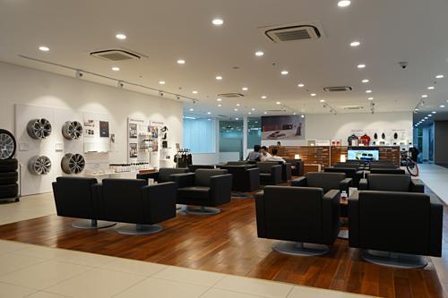 Khu vực phòng chờ, xưởng dịch vụ đẳng cấp với khoang tiếp nhận dịch vụ có máy điều hòa.