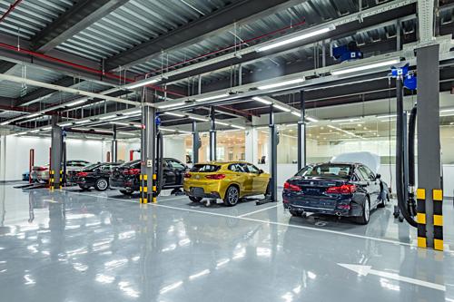 Khu vực sửa chữa được lắp tường kính giúp khách hàng có thể quan sát và theodõi quá trình bảo dưỡng xe.