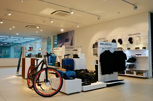 Các phụ kiện xe và phụ kiện thời trang chính hãng của BMW cũng được trưngbày tại một khu riêng giúp đồng bộ phong cách của khách hàng cùng với chiếc xecủa mình.