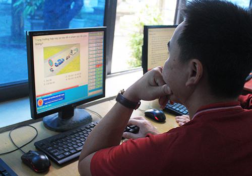 Học viên học lý thuyết tại trung tâm đào tạo lái xe Đông Đô (Bắc Ninh). Ảnh: Anh Duy.