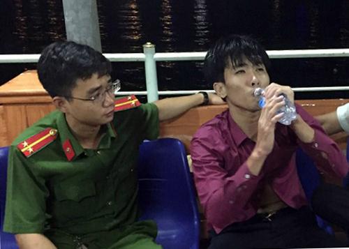 Trần Văn Bình được chăm sóc y tế.Ảnh: N.T.