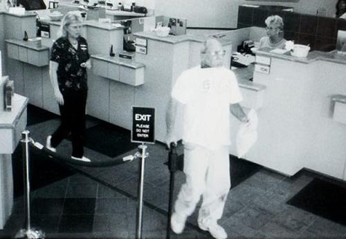 Hình ảnh người đàn ông vào ngân hàng trích xuất qua camera.