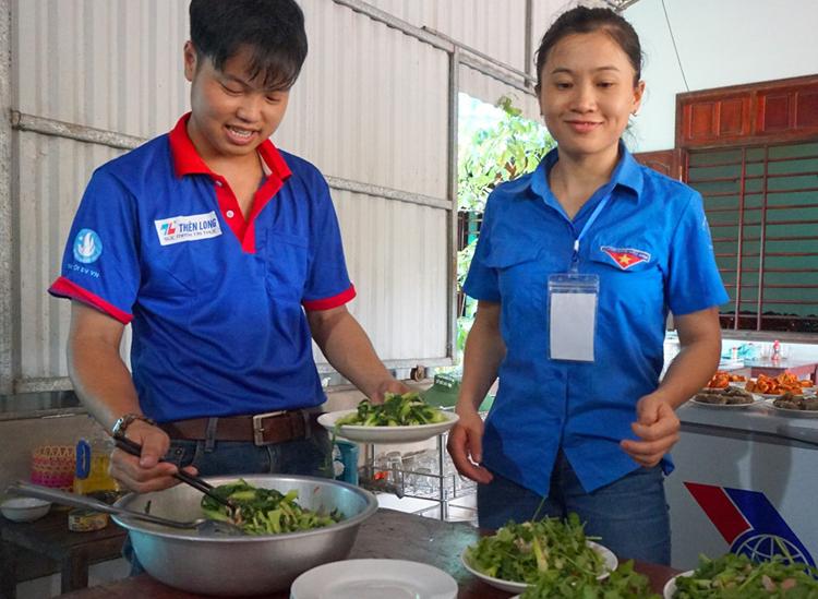 Các thanh niên tình nguyện vào bếp nấu cơm cho thí sinh. Ảnh: Đức Hùng