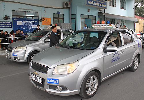 Học viên dự thi tại trung tâm sát hạch lái xe ở Sài Đồng, Gia Lâm, Hà Nội. Ảnh: Anh Duy.