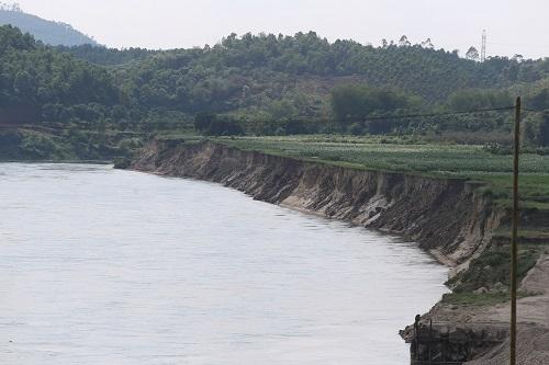[Nhiều diện tích đất của người dân bị cuốn xuống dòng sông Chảy. Ảnh: Gia Chính.