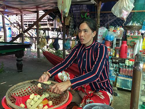 Hồ Thị Hà, chủ tiệm tạp hóatạimột khu tái định cư ở làng Chnok Tru