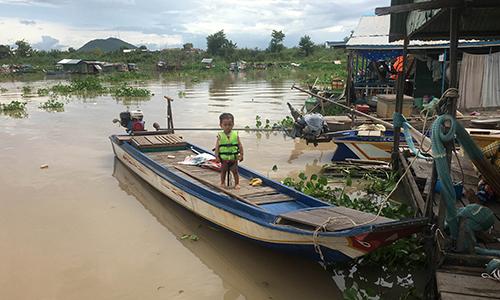 Một đứa trẻ ở làng nổi gốc Việt trên sôngTonle Sap, Campuchia hôm 26/6. Ảnh: Reuters