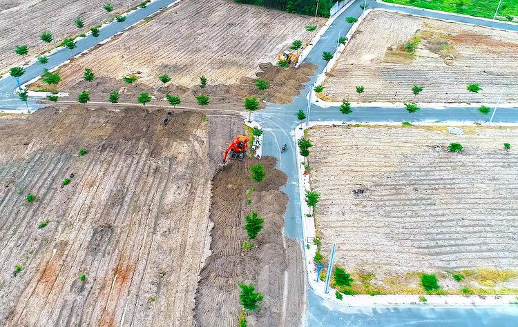 Chủ đất thuê xe múc lấp đường được xây trái phép - điều này được cho là để đối phó lệnh cưỡng chế. Ảnh: Nguyễn Khoa.