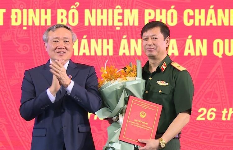 Chánh án Tòa án nhân dân tối cao Nguyễn Hòa Bình trao quyết định và chúc mừng Thiếu tướng Dương Văn Thăng. Ảnh: VGP