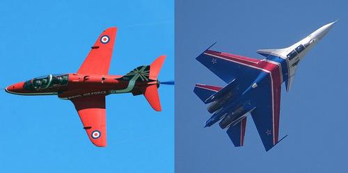 Một chiếc Hawk T1 của đội Red Arrows (trái) và tiêm kích Su-30SM Nga. Ảnh: Wikipedia.