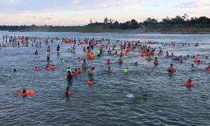 Bãi tắm tự phát trên sông Lam thu hút hàng trăm người giải nhiệt