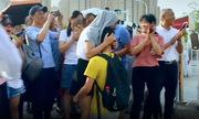 Nam sinh Trung Quốc quỳ cảm ơn mẹ sau khi thi đại học