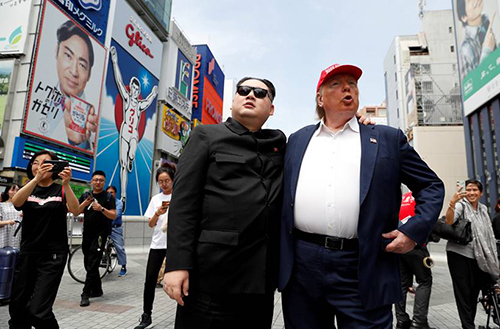 Bản sao Trump - Kim tại thành phố Osaka, Nhật Bản hôm 26/6. Ảnh: Reuters