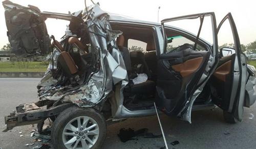 Chiếc innova bẹp rúm sau tai nạn.