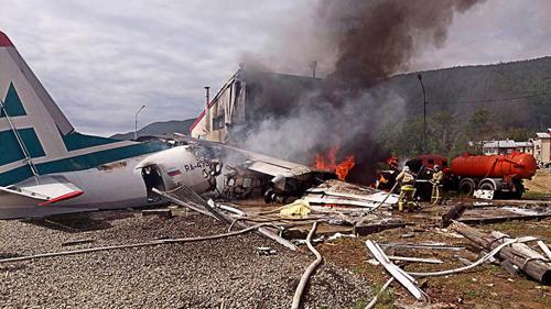 Lính cứu hỏa dập tắt đám cháy sau sự cố tại sân bay ở Buryatia hôm nay. Ảnh: Tass.