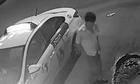Tài xế taxi tông xe máy, xuống nhìn nạn nhân rồi bỏ đi