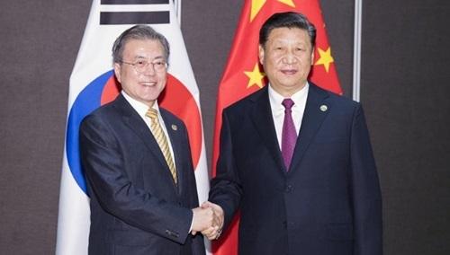 Chủ tịch Trung Quốc Tập Cận Bình (phải) gặp Tổng thống Hàn Quốc Moon Jae-in trước hội nghị thượng đỉnh G20 ở Nhật Bản hôm nay. Ảnh: China Daily.