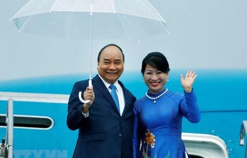 Thủ tướng Nguyễn Xuân Phúc và Phu nhân tại sân bay quốc tế Kansai, Osaka hôm nay. Ảnh: TTXVN.
