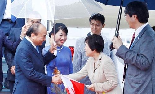 Quan chức chính phủ Nhật Bản đón Thủ tướng Nguyễn Xuân Phúc và Phu nhân tại sân bay quốc tế Kansai, Osaka hôm nay. Ảnh: TTXVN.