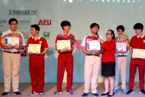 Khánh Tuyên (thứ tư từ trái qua) từng đạt giải khuyến khích cuộc thi Microsoft Office Specialist World Championship 2015 và huy chương bạc môn Tiếng Anh kỳ thi Olympic tháng 4 TP HCM 2017-2018.