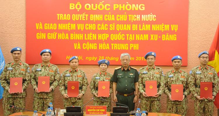 Thượng tướng Nguyễn Chí Vịnh trao quyết định cho các sĩ quan tham gia gìn giữ hoà bình Liên Hợp Quốc. Ảnh: VT.