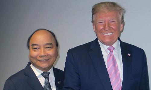 Thủ tướng Nguyễn Xuân Phúc, trái và Tổng thống Mỹ Trump gặp bên lề G20. Ảnh: Chinhphu.vn.