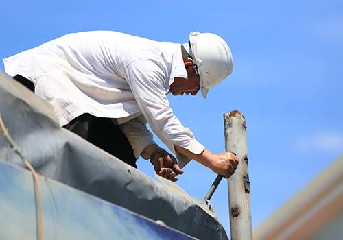 Chính quyền cho biết ban đầu chủ nhà hàng không hợp tác nên thuê công nhân đễn phối hợp tháo dỡ. Ảnh: Nguyễn Đông.