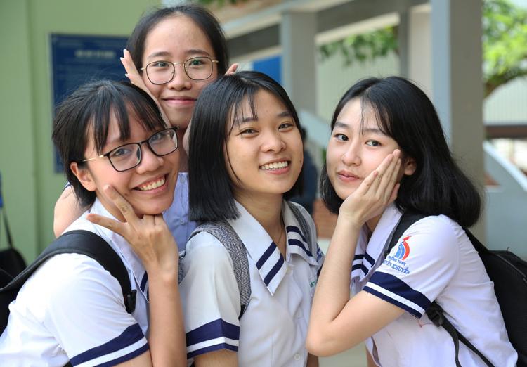 Thí sinh điểm thi THPT Ngô Quyền, Đồng Nai, cười thoải mái sau khi thi môn Văn. Ảnh: Phước Tuấn
