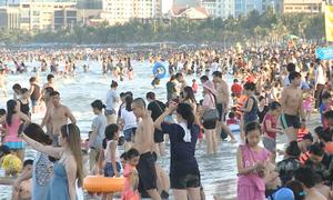 Biển Đà Nẵng đông nghịt người tắm giải nhiệt