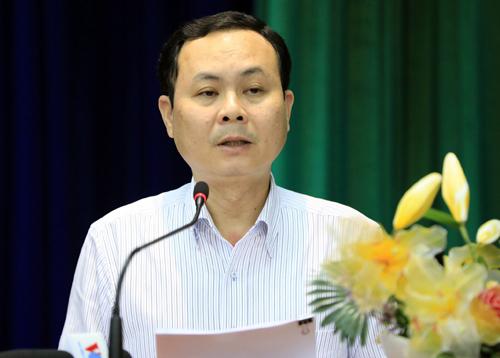 Chủ nhiệm Ủy ban Kiểm tra Thành ủy TP HCM Nguyễn Văn Hiếu trả lời ý kiến của cử tri quận 2. Ảnh: Hữu Khoa