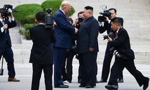 Trump tiến 20 bước vào lãnh thổ Triều Tiên để bắt tay Kim Jong-un