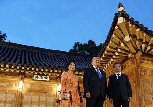 Tổng thống Hàn Quốc Moon Jae-in và phu nhân đón Tổng thống Trump tại Nhà Xanh tối 29/6. Ảnh: Reuters