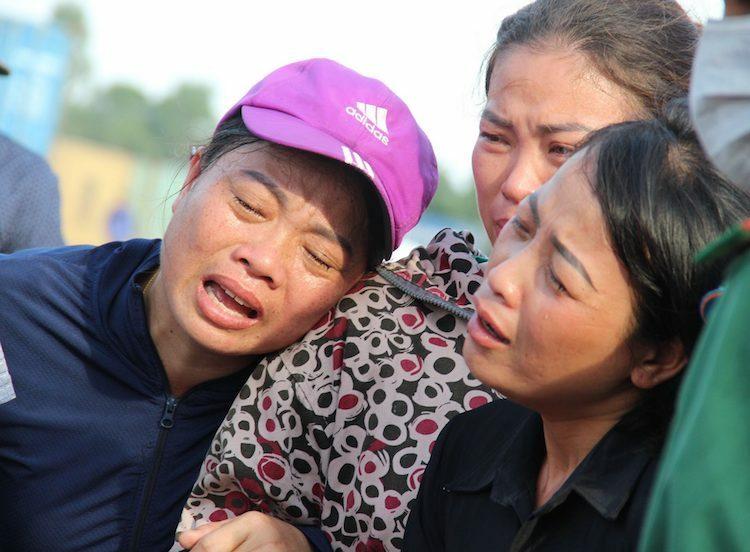 Người thân nạn nhân Hòa khóc ngất khi chuẩn bị đón thi thể nạn nhân tại cảng Cửa Lò.