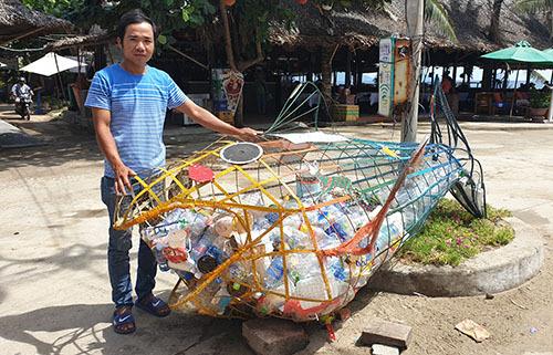 Anh Thắng làm con cá bống Gobybằng khung sắt và lưới đặt ở bãi biển An Bằng để du khach bỏ chai lọ nhựa vào. Ảnh: Đắc Thành.