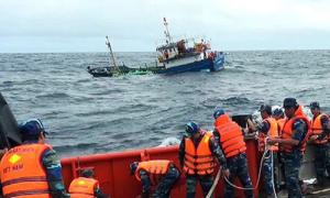8 ngư dân bị giông lốc đánh chìm tàu được cứu vào bờ