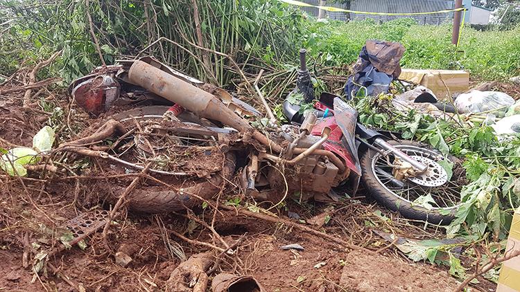 Chiếc xe máy bị biến dạng sau tai nạn. Ảnh: Trần Hóa.