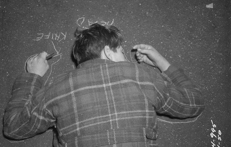 Vạch phấn đánh dấu vị trí phần đầu của thi thể, ảnh chụp năm 1950. Ảnh: Washington Post.