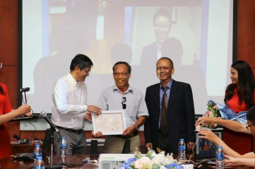 Phụ huynh sinh viên Phan Lê Thanh Chương thay mặt con nhận bằng tốt nghiệp Đại học trực tuyến FUNiX.