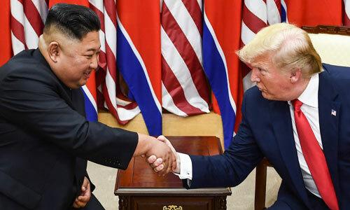 Tổng thống Mỹ Donald Trump (trái) và lãnh đạo Triều Tiên Kim Jong-un trong cuộc gặp tại Khu Phi quân sự liên Triều ngày 30/6. Ảnh: AP.