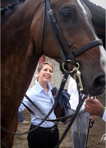 Công chúa Haya thăm chuồng ngựa trong một cuộc thi ở Puerto Rico. Ảnh: NY Times