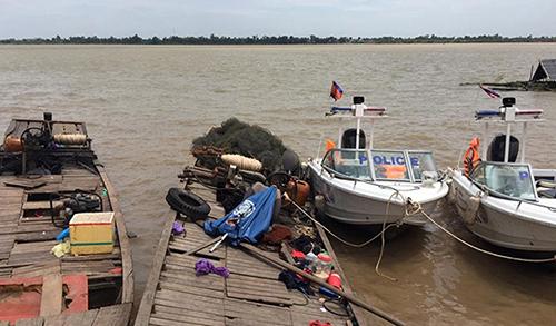 Các tàu cá Việt Nam bị bắt giữ cạnh các tàu tuần tra củacảnh sát tỉnh Prev Veng, Campuchia. Ảnh: Fresh News