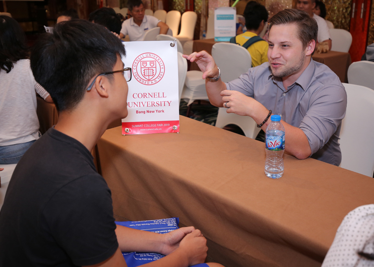 Ông Daniel Friesen tư vấn cho thí sinh chọn trường đại học Mỹ.